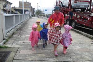 2歳児になると、雨の中もかっぱを着てお散歩に行きます。